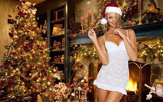 Hermosa imagen excepcional chica radiante rodeado de los símbolos de la Navidad.