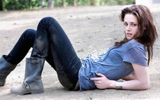 Jovem e encantadora Kristen Stewart sobre a foto de alta resolução